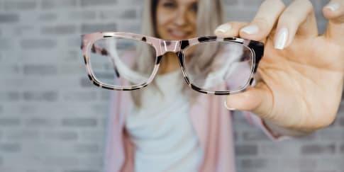 6 Model Kacamata yang Cocok Dengan Bentuk Wajah