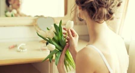 Jenis Bunga yang Cocok untuk Aksesori Rambut