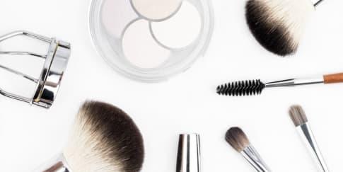 8 Perlengkapan Makeup yang Wajib Dibawa Saat Liburan