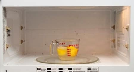 Cara Mudah Bersihkan Microwave