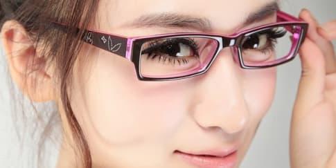 Trik Make-up Bagi Anda yang Berkacamata