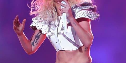 Lady Gaga Kenakan Versace Saat Tampil di Superbowl
