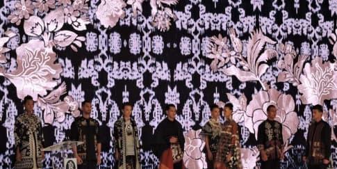 Busana Apik Berbahan Kain Tradisional Indonesia