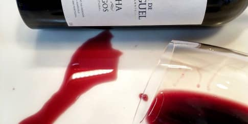 Cara Menghilangkan Noda Anggur Merah di Gaun Pengantin