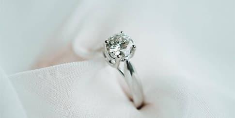 Cincin Pernikahan yang Cocok untuk Jari Panjang