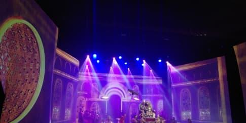 Genta Sriwijaya, Pertunjukan Megah dan Komedi Banyolan