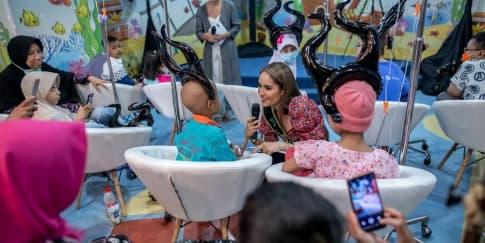 Kala Aktris 'Maleficent' Sapa Pasien RS Kanker Dharmais