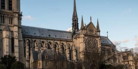 Katedral Notre Dame di Paris Terbakar