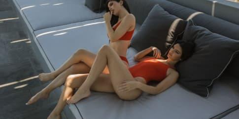 Kendall & Kylie Jenner Luncurkan Koleksi Bikini Baru