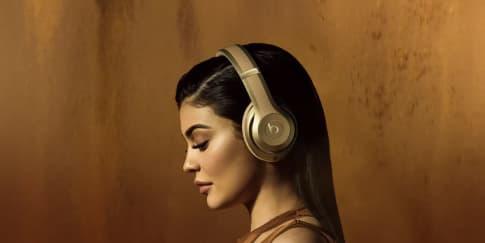 Kylie Jenner Bintangi Kampanye Balmain x Beats by Dre