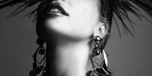 Lady Gaga Promo Konser dengan Headpiece Rinaldy Yunardi