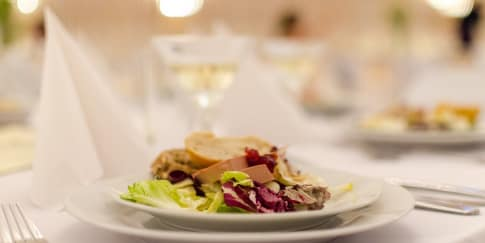 Makanan yang Sebaiknya Tidak Disajikan di Pernikahan