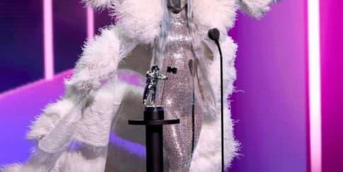 Lady Gaga Memakai Masker Wajah Maison Met