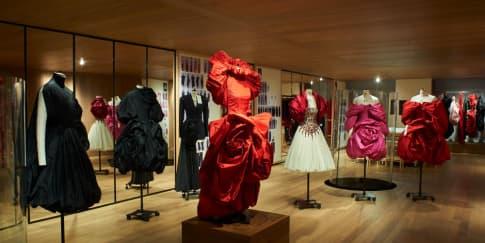 Mengintip Ekshibisi 'Roses' Alexander McQueen di London