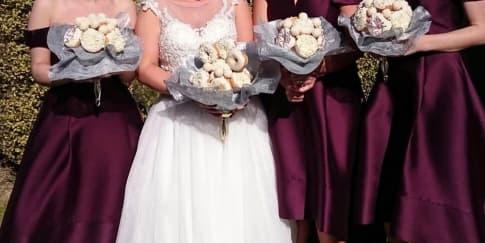 Pengantin Ini Membawa Buket Donat di Pernikahannya