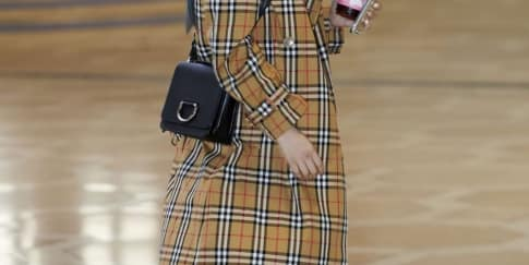 Spotted: Heize Mengenakan Burberry