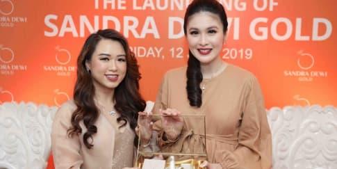 Tampil Feminin Lewat Perhiasan 'Sandra Dewi Gold'