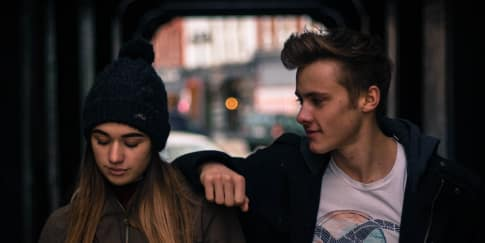Tanda-Tanda Anda Jatuh Cinta Kepada Teman Sendiri