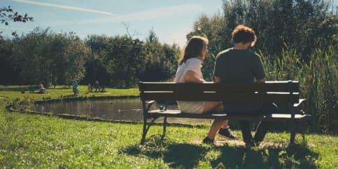 Topik yang Aman untuk Dibicarakan Saat Kencan Pertama