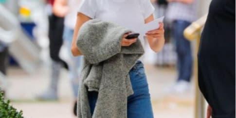 Busana Simple Ala Selena Gomez yang Bisa Kamu Tiru