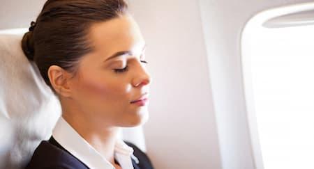 Cara Mendapati Tidur Nyenyak di Pesawat