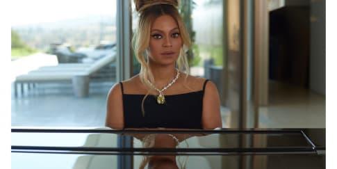 Beyonce Tampil Elegan Dengan Kalung Ikonik Dari Tiffany & Co