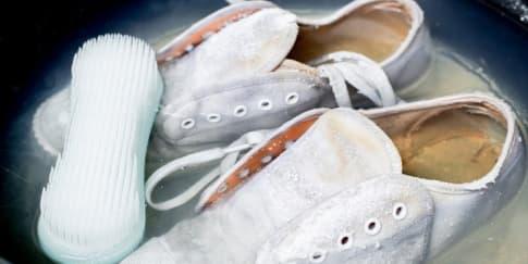 Tips Membersihkan Sepatu Putih yang Menguning