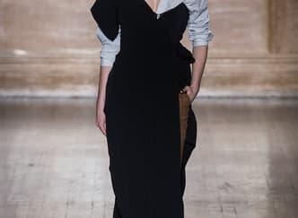 4 Tampilan Gaun Hitam Pesta Terkini dari Fashion Week