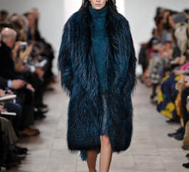 Sentuhan Bulu di Runway Michael Kors Fall Winter 2015