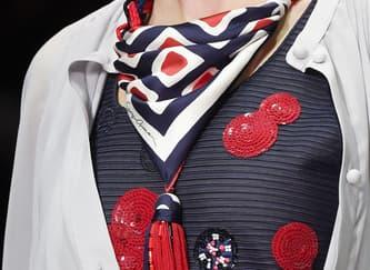 Cara Baru Mengenakan Scarf Langsung dari Fashion Week