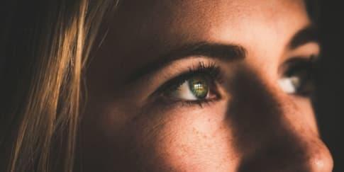8 Cara Mudah Menghilangkan Puffy Eyes Secara Alami