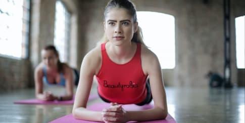 Ketahui 3 Gerakan Yoga Yang Bisa Mengencangkan Payudara