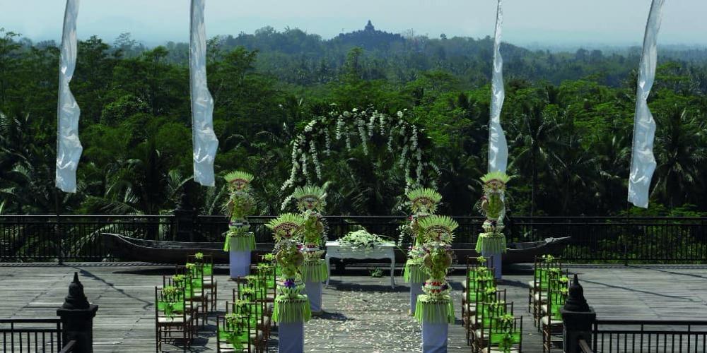 Mengikat Janji dengan Latar Belakang Candi Borobudur