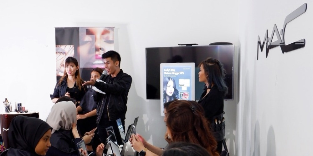 Serunya Kelas Rias Wajah Kolaborasi UOB-MAC Cosmetics