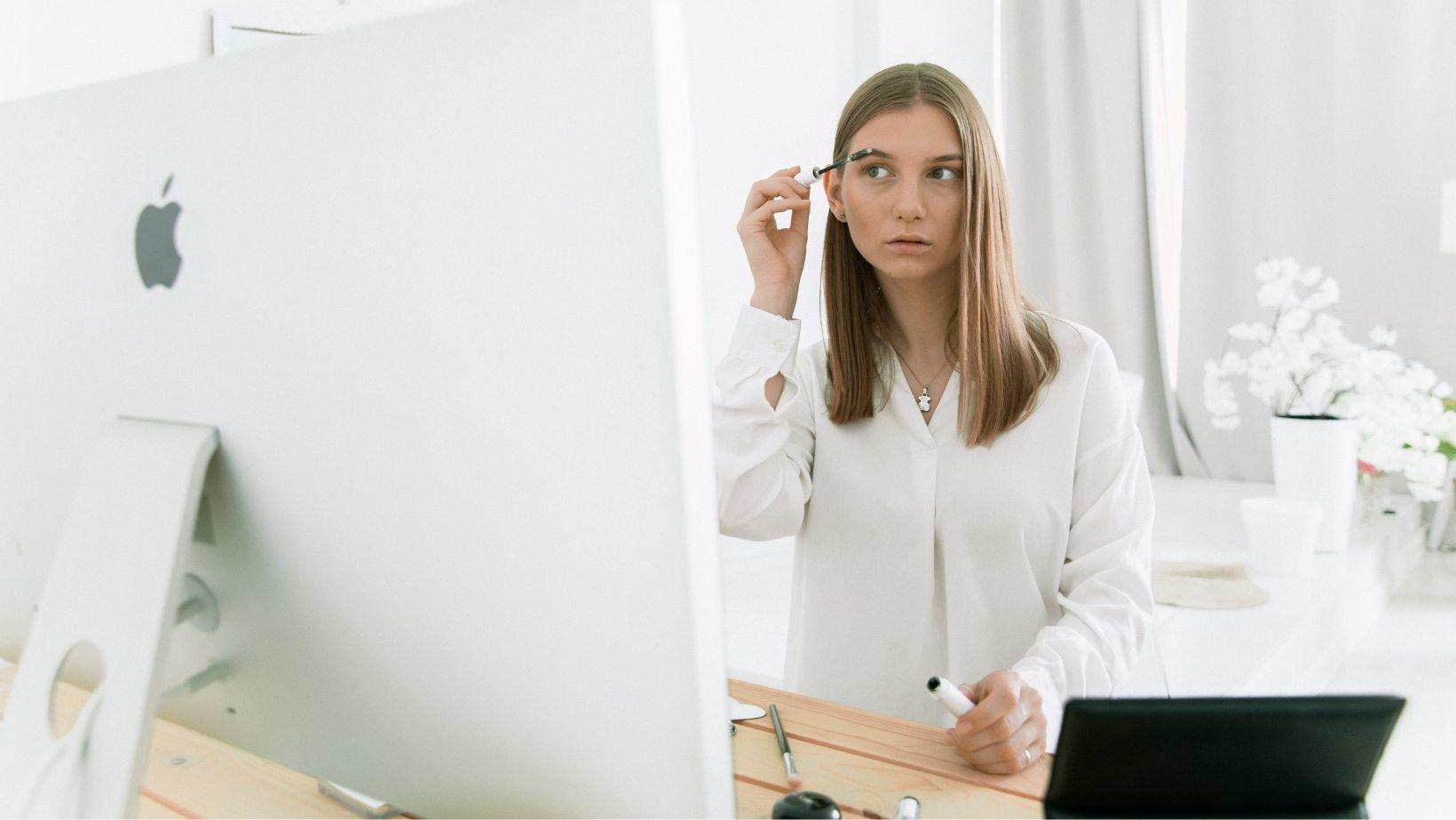 Kembali WFO? Inilah 7 Makeup Esensial Wanita Karier Untukmu