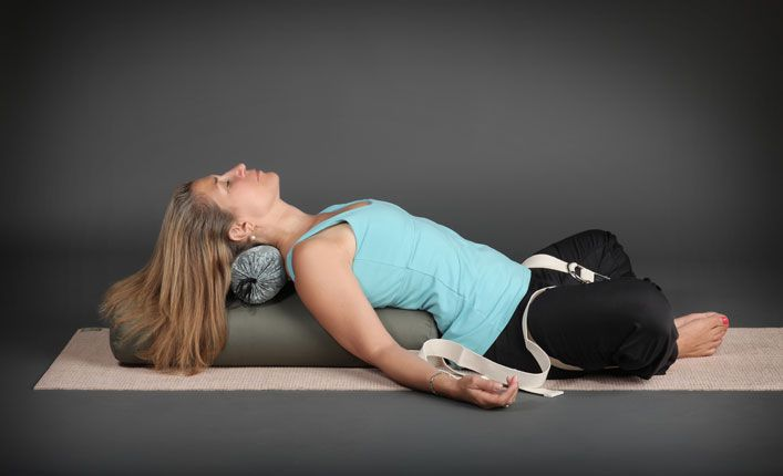 Hilangkan Stres dengan Restorative Yoga