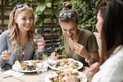 Cara Seleb Dunia Menikmati Salad