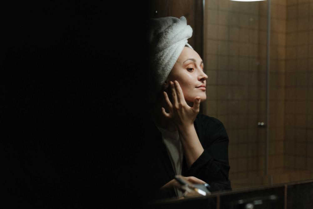 15 Bahan Skincare Berbahaya yang Sebaiknya Kamu Hindari!